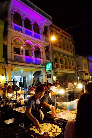 Pääkaupungin kaduilla pääsee aidon thaimaalaisen katuruoan makuun.