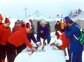 Ulrich Wehling suksikontrollissa ennen Lahden MM-kilpailujen hiihto-osuutta.