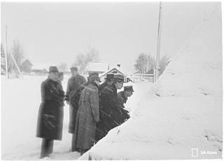 Puolustusvoimat kuljetti ulkomaalaisia lehtimiehiä Suomen puolelle rajaa, katsomaan mitä Mainilassa tapahtui.