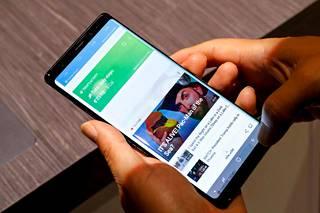 Ensiarvioissa kehuttiin puhelimen suurta näyttöä, mutta pohdittiin sen vaikutusta akun kestoon. Note 8:ssa on pienempi akku kuin Note 7 -puhelimessa, jonka Samsung joutui vetämään markkinoilta useiden akkujen sytyttyä itsekseen tuleen.