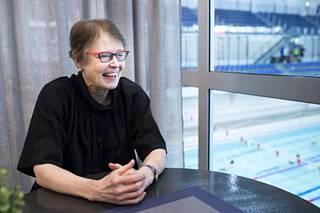 Ulla Rauramo, 69, sanoo että hänen arkensa on aktiivisempaa kuin omilla vanhemmilla samanikäisenä. Tiistaina hän poikkesi Mäkelänrinteen uintikeskukseen uimaan.
