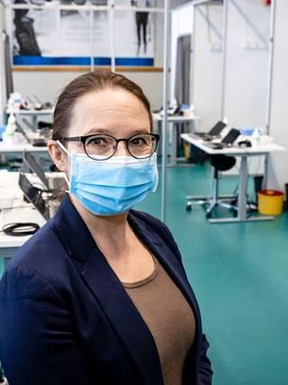 Tampereen kaupungin hoitotyön päällikkö Birgit Aikio muistuttaa kahden rokoteannoksen tärkeydestä, jotta kansalaiset saavat parhaan mahdollisen suojan myös eri virusvariantteja vastaan.