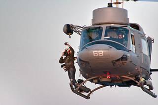 Massimo Sestini on tottunut kiikkumaan helikopterin astinlaudalla, ja helikopterista onkin tullut hänen tavaramerkkinsä.