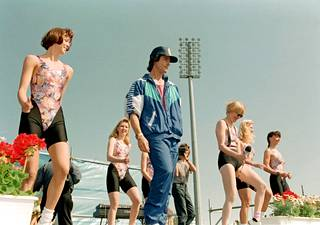 Toukokuussa 1993 Ronn Moss nähtiin Oulussa Naisten kymppi -tapahtumassa. Näyttelijä veti osallistujille aerobic-esityksen.