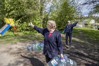 Tamara ja Valeri viittilöivät eri suuntiin, kun heiltä kysyi tietä vanhoille Suomen aikaisille maamerkeille.
