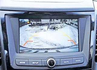 Peruutuskamera tulee XLV:ssä tarpeeseen, mutta valitettavasti näytön apuviivasto ei ennakoi auton liikkeitä etupyöriä käännettäessä.