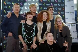 Olli Lindholm (vas.), Irina, Samu Haber, Petra, Robin, Laura Voutilainen ja Nikke Ankara (edessä) tähdittävät uutta Vain elämää -kautta.
