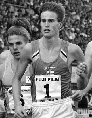 Ari Suhonen juoksi 800 metriä 1.44,10, edelleen voimassa olevan Suomen ennätyksen. Nyt hänen suojattinsa latasi Tokiossa tiskiin uuden naisten SE:n vastaavalla matkalla.