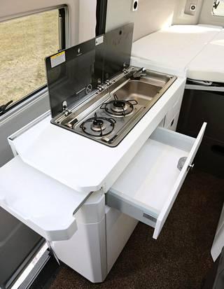 Keittiö on normaaliin tapaan puolittain liukuoven kohdalla. Avattavalla ikkunalla varustettu liukuovi on raskas sulkea varsinkin sisältä.
