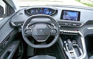 Peugeotin i-Cockpit ohjaamo kiertyy kuljettajan ympä rille. Kaikki tärkeät toiminnot on sijoitettu järkevästi, eikä niitä tarvitse hapuilla ajaessa. Ohjauspyörän yli tarkkailtava mittaristo on hyvin näkökentässä.