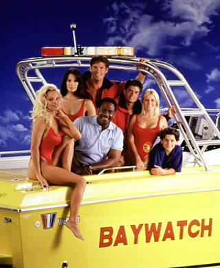 Baywatch-tähdet Pamela Anderson, Alexandra Paul, Gregory Alan-Williams, David Hasselhoff, David Charvet, Nicole Eggert, ja Jeremy Jackson kuvattuna 90-luvun alussa.