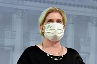 THL:n johtava asiantuntija Mia Kontio sanoo, että pian ensimmäiset perusterveet ei-terveydenhuoltohenkilöstöön kuuluvat voivat alkaa saada rokotuksia. Syynä on se, että joillakin alueilla yli 70-vuotiaiden ensimmäinen rokotuskierros alkaa olla valmis, ja kaikki Suomeen tuleva AstraZeneca halutaan kuitenkin käyttää heti.