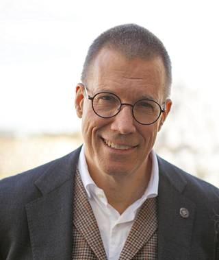 Professori Fredrik Elgh on huolissaan koronatilanteesta.