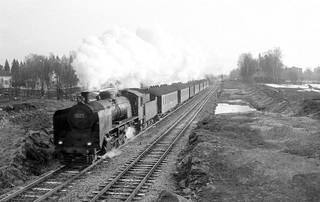 Tr1 1077 vetää 10.4.1969 Malmin ja Pukinmäen välillä Riihimäeltä lähtenyttä henkilöjunaa H 206, jonka tuloaika Helsinkiin oli klo 7.20