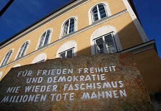 """Adolf Hitlerin synnyinkodin edessä olevassa kivessä lukee: """"Rauhalle, vapaudelle ja demokratialle, ei enää ikinä fasisimille, miljoont kuolleet ovat varoitus."""""""