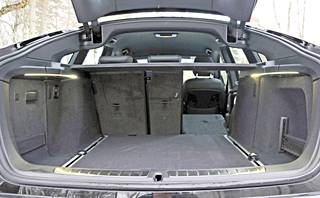 3-sarjan GT kätkee sisäänsä yllättävänkin toimivan ja kookkaan tavaratilan, jonka laajentaminen sujuu helposti.