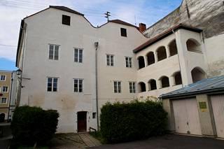 Hitlerin syntymäkoti talon takaa kuvattuna. Hitler syntyi rakennuksen ylimmässä kerroksessa.