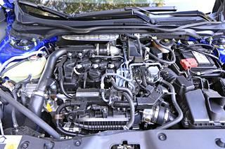 Civic konehuone on nykyautoksi hieman poikkeuksellinen. Sitä ei nimittäin ole peitelty mustalla muovilla lainkaan.