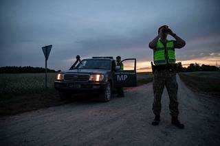 Liettuan sotilaspoliisit etsivät rajan ylittäjiä Valko-Venäjän vastaisella rajalla.