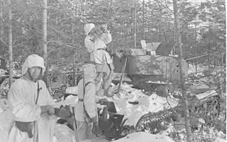 Suomalaiset tuhosivat hyökkäävän jalkaväen edessä ajaneita panssarivaunuja.