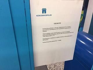 Keskusrikospoliisi teippasi tiedotteita muun muassa Siwan ikkunoihin Suomisen katoamiseen liittyen.