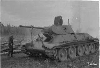 """""""Vallattu 25 tonnin tankki matkalla korjattavaksi."""" Kuvattu vuonna 1941."""
