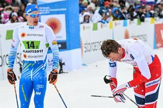 Suomen miesten kilpa-asussa on hienovaraisia vihreitä aksentteja.