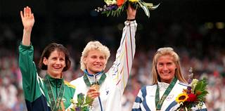 Atlantan olympialaisten mitalikolmikko: Australian Louise McPaul (vas.), Heli Rantanen ja Norjan Trine Hattestad.