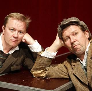 Martti Suosalo ja Mika Nuojua ovat esittäneet Kiviä taskussa -näytelmää jo vuodesta 2002.