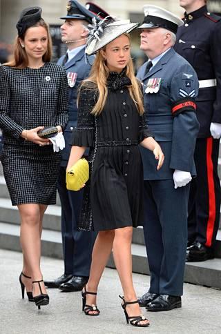 Amelian perinteisen klassinen asu on tietysti Chanelin.