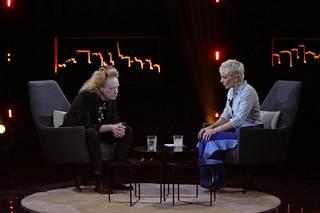 Hakulinen sanoi Maria Veitolalle MTV3-kanavalla, että vaati levy-yhtiöltä Rakkaus on lumivalkoinen -kappaleesta 15 000 euroa.