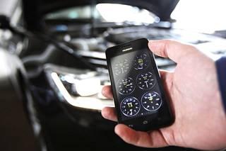 Älypuhelimen ohjelmalla ja OBD-sovittimella näkee auton tietoja.