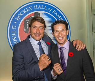 Teemu Selänne ja Paul Kariya poseerasivat Torontossa.