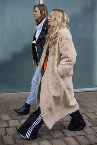 Verkkarit voi pukea nyt pörrötakin kanssa. Katumuotia Kööpenhaminan muotiviikoilta helmikuussa 2017.