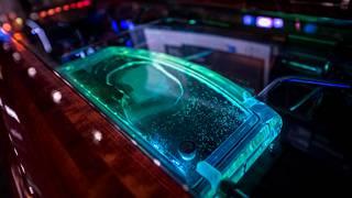 Koneen sisäosat vesisäiliötä myöten on valaistu väriä vaihtavilla ledivaloilla.