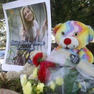 Gabbyn muistolle oli tuotu nalle ja kukkia Floridassa.