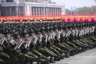 Pohjois-Korean sotilaita lauantain paraatissa.