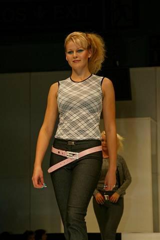 2000-luvulta muistetaan housujen päälle puetut, lanteella roikkuvat vyöt. Muotimessut vuonna 2003, Serpentiinin näytös.