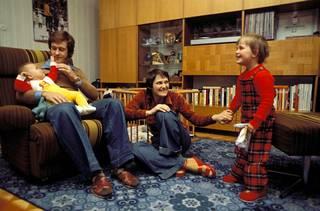 Ulrich ja Eva-Maria Wehling (o.s. Wernicken) kotonaan tyttäriensä Nadjan (oik.) ja Janan kanssa vuonna 1980.