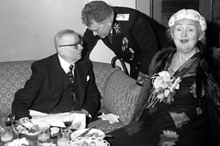 Tasavallan presidentti J. K. Paasikivi ja kirjailija Hella Wuolijoki lokakuun vallankumouksen 35-vuotisjuhlissa Neuvostoliiton lähetystössä.