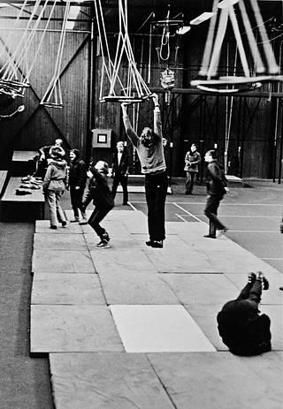 Laskuvarjokerhot harjoittelivat 1970-luvun alussa ajoittain Utissa Laskuvarjojääkärikoulun hyppytornilla ja koulutushallissa.