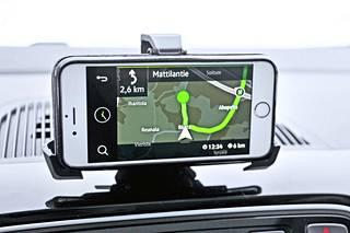 Tehdasnavigointi tulee sovelluspaketin mukana suoraan kännykkään. Auton mittarivalikoista voi valita, haluaako käyttää Move&Fun-sovelluksia vai tavanomaista perustilaa.