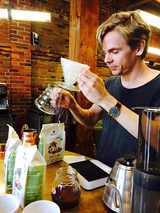 Helsinkiläisen Johan&Nyström kahvipaahtimon kahvikouluttaja Carl Ahlman valmistaa V60 suodatinkahvia ilman konetta. Suodatinpaperi on ensin kasteltu kiehuvalla vedellä.