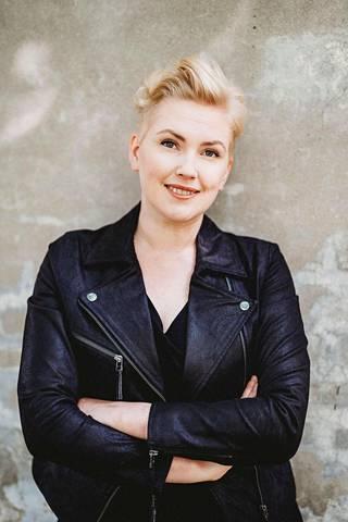 Anna Huoviala suunnittelee monikäyttöisiä ja mukavia vaatteita tavallisille suomalaisille naisille.