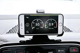 Sovelluskäytön kautta puhelimen näytölle voi ottaa näkyviin myös erilaisia lisämittareita kuten jäähdytysnesteen lämpötilan ja käyntinopeusmittarin.