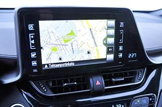 Kahdeksantuumainen kosketusnäyttö sisältyy hintaan jo toiseksi alimmasta Active-varustetasosta lähtien. Mukana seuraa peruutuskamera ja Toyota Touch -mediakeskus. Navigointi maksaa noin tuhat euroa lisää siihen.