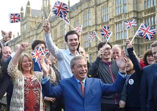 Brexit-kampanjan johtohahmo Nigel Farage kannattajiensa ympäröimänä.