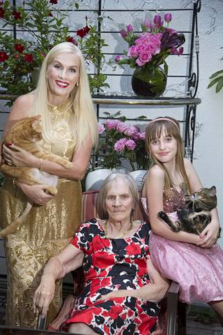 Gunilla Persson, Iris-äiti ja Erika-tytär kuvattuna 2013.