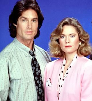 Ronn Moss näyttelijä sarjassa Ridgeä ja Joanna Johnson puolestaan Caroline Spencer Forresteria. Kuva vuodelta 1989.