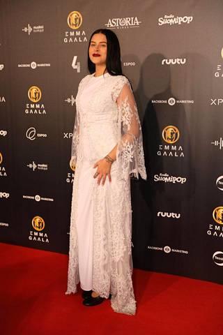 Sara Forsberg säteili Lumikki-hengessä Riikka Ikäheimon suunnittelemassa valkoisessa mekossa.